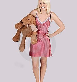 belle-jeune-femme-dans-la-chemise-de-nuit-avec-l-ours-de-nounours-15988317