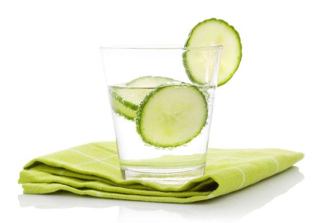 l eau au concombre est une excellente boisson consommer tout au long de la journ e cocktail. Black Bedroom Furniture Sets. Home Design Ideas