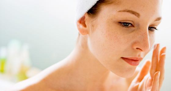 woman-applying-moisturizer_web
