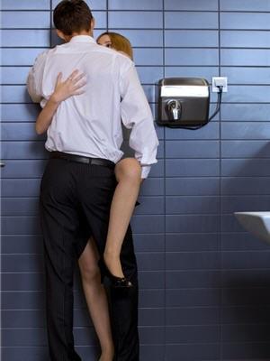1942229-dans-les-toilettes-d-un-restaurant