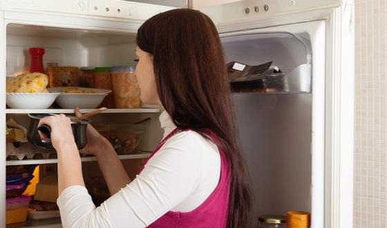 7 choses que la plupart des gens font en cuisinant mais - Frigo qui fait de la glace ...