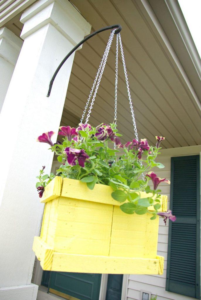 Jardiniére-suspendu-à-palettes-en-bois