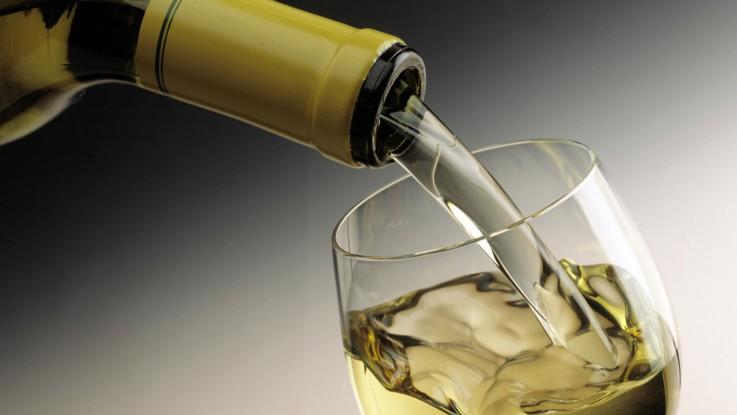 Boire deux verres de vin blanc avant de dormir permettrait
